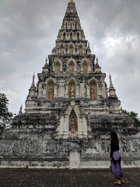 Image of girl in front of the Wat Chedi Liam temple in Chiang Mai