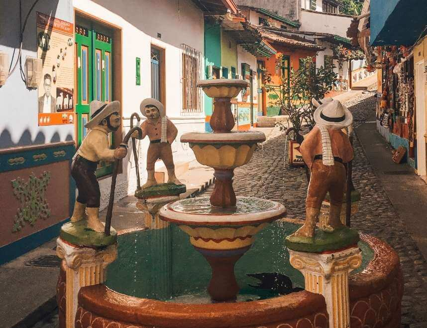 Picture of cute statues in Guatape